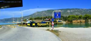 Jetzt wird die Brücke geschlossen, denn es kommt gleich ein Schiff - versenkbare Brücke am Kanal von – Greece