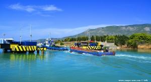 Schiff passiert die versenkbare Brücke am Kanal von Korinth – Greece