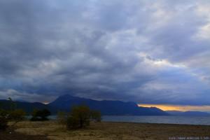 Dunkel schaut es aus am Metamorfosi Beach – Greece
