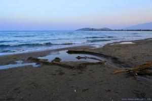 Hier mündet der kleine Fluss ins Meer - Paliochano Beach Greece