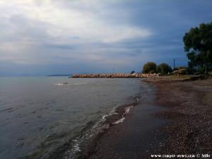 Iria Beach – Greece mit Blick auf den kleinen Hafen von Iria