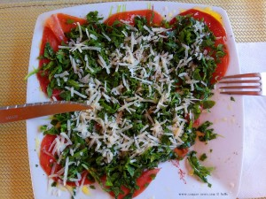 Bresaola mit Rucola und Parmesan für Lunch am Avramiou Beach – Greece