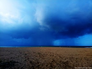 Schwere Regenwolken am Lagkouvardos Beach – Greece