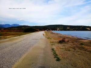 Mit Nicol beim Spaziergang am Kamares Beach – Greece