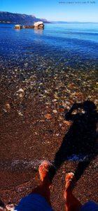 Fussbad im Zufluss vom vom Psifäischer See Trizinaam am Metamorfosi Beach – Greece