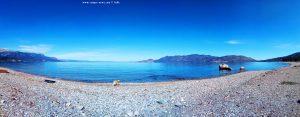 Beim Spaziergang mit Nicol am Metamorfosi Beach – Greece