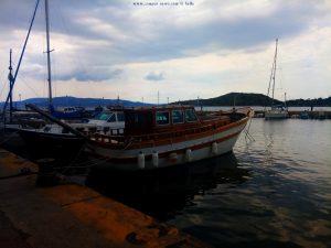 Am kleinen Hafen von Pachi – Greece