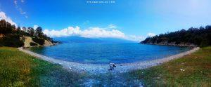 Auf Spaziergang mit Nicol an der kleinen Bucht nahe Amarilidos Beach – Greece