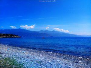 Die Badesaison beginnt - das Boot setzt die Bojen - Amarilidos Beach – Greece