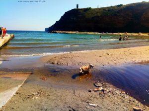 Nicol nimmt sofort ein Fussbad in dem kleinen Fluss - Bolata Beach – Bulgaria