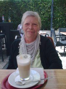 Mama in Überlingen beim Latte Macchiato
