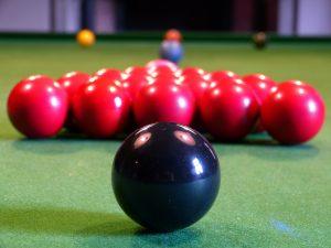 Snooker (hier die Ansicht von der Schwarzen Kugel aus)