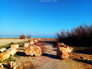 Der Weg zum Strand wurde mit schweren Felsen versperrt - Platja L'Almadrava - Spain